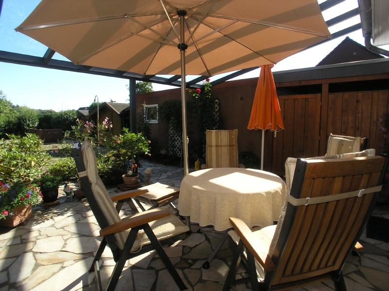 Terrasse mit angrenzendem Carport und Garage