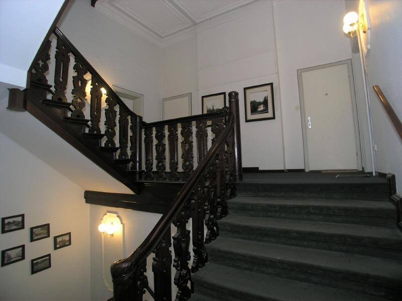Großes Treppenhaus mit alten Stilelementen