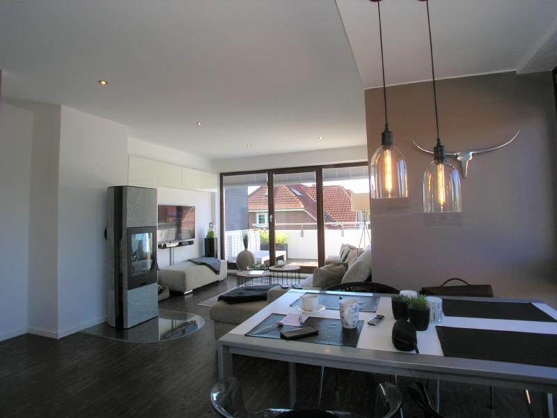 Blick von der Küche zum Essbereich und Wohnzimmer
