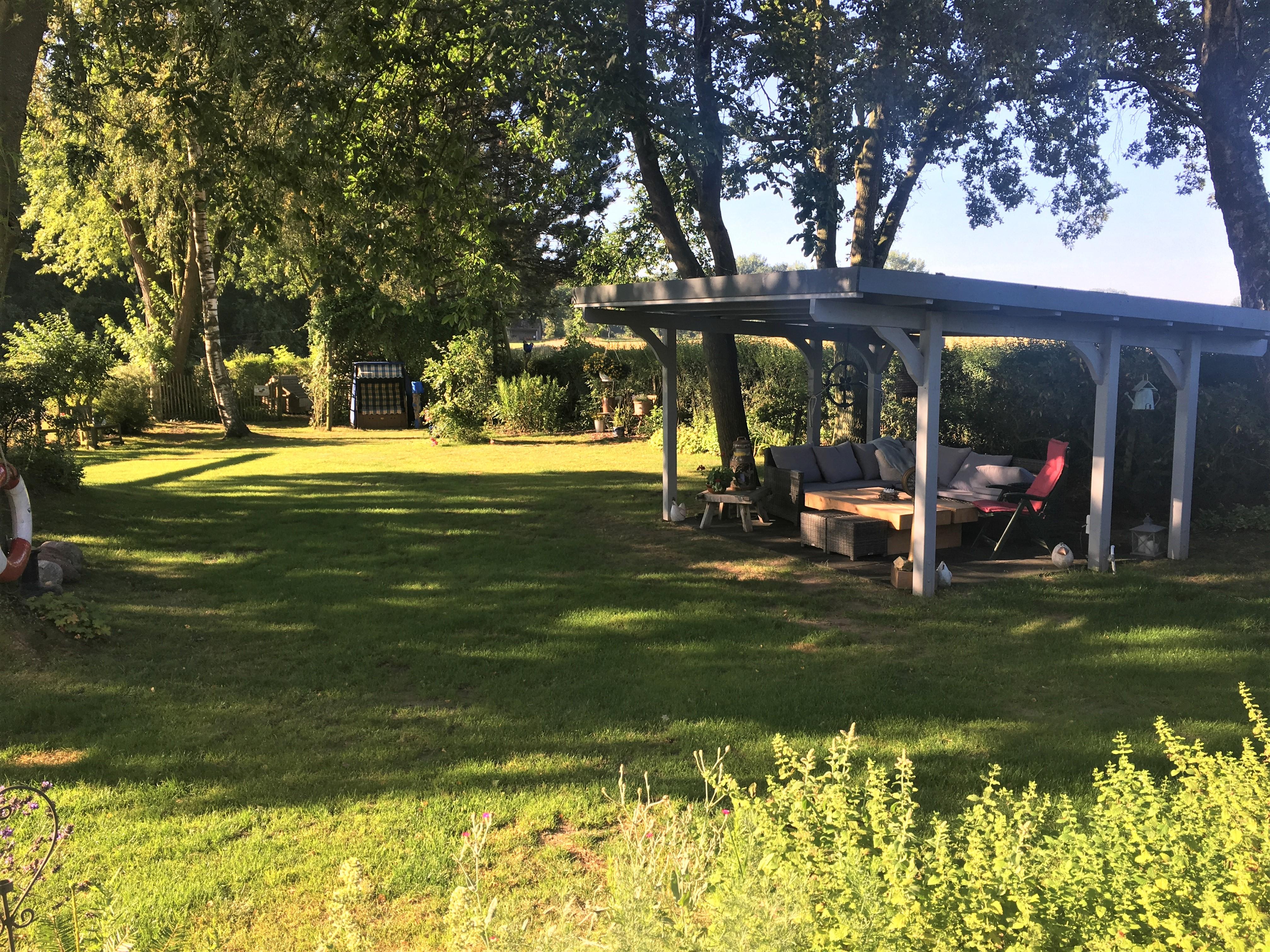 Freisitz und Garten im Sommer