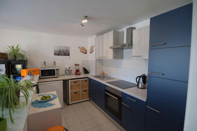 Moderne Einbauküche gehört zur Wohnung