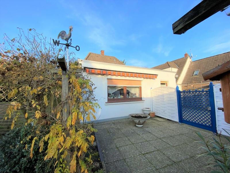 Terrasse und Durchgang zur Einfahrt